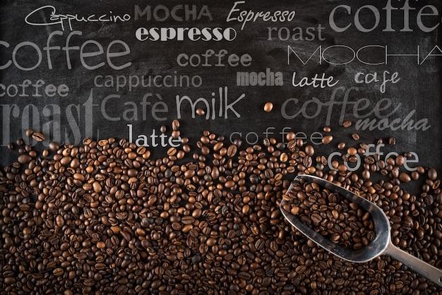 Achtergrond van koffiebonen op zwarte bord met krijt geschreven