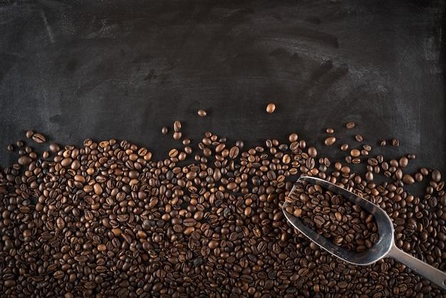 Achtergrond van koffiebonen op zwarte bord