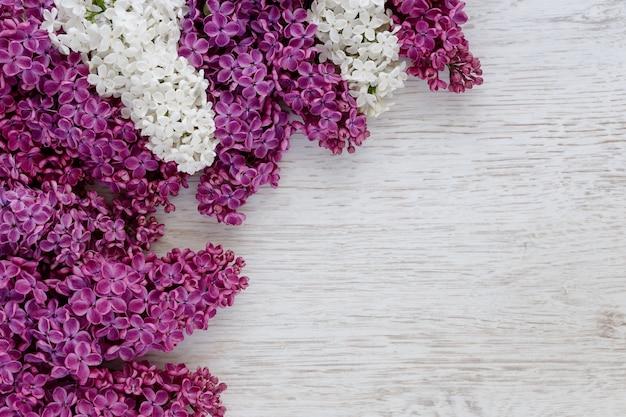 Achtergrond van lila bloemen op een houten oppervlak