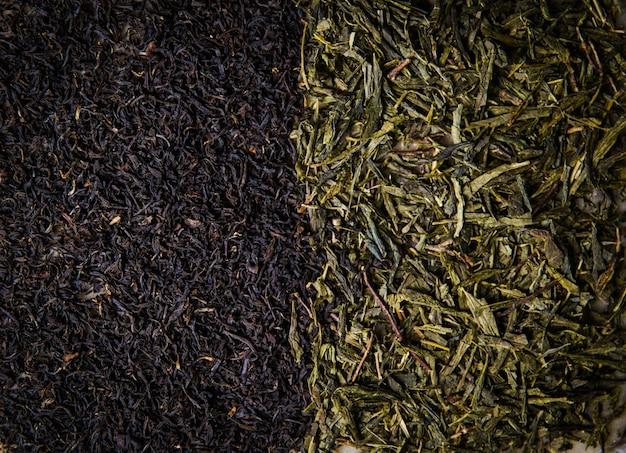 Achtergrond van lommerrijke zwarte en groene thee close-up