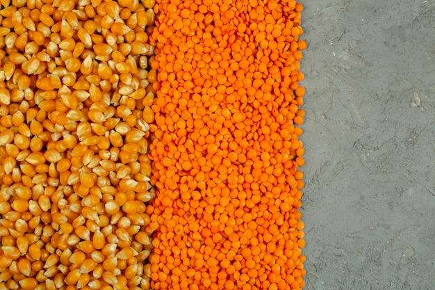 Achtergrond van maïs zaden en rode linzen bovenaanzicht