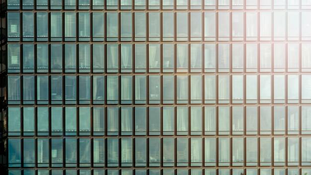 Achtergrond van moderne blauwe het glasverglazing van de de bouwarchitectuurmuur in patroonkubus en vierkant met verlichtingszonlicht