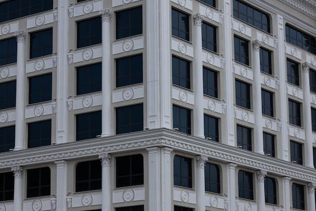 Achtergrond van moderne glazen flatgebouwen met blauwe hemel. glazen gevel.