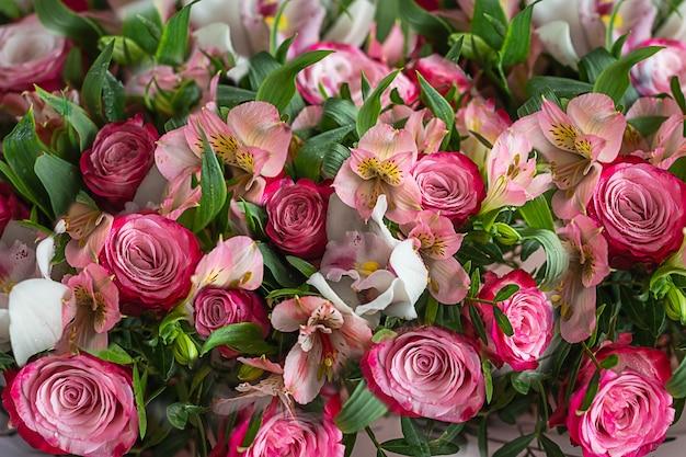 Achtergrond van mooie levende gemengde bloemen. bovenaanzicht