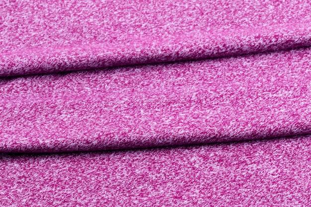 Achtergrond van netjes gevouwen stof van paars of bordeaux