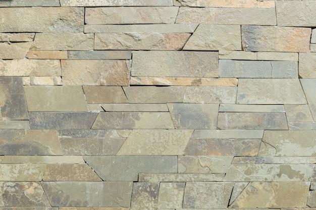 Achtergrond van oude uitstekende vuile bakstenen muur met schilpleister