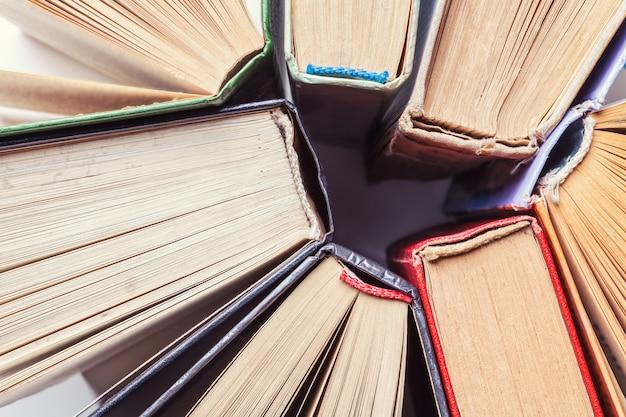 Achtergrond van oude vintage boeken. bovenaanzicht