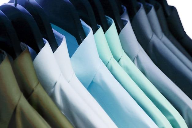 Achtergrond van overhemden die op een hanger hangen