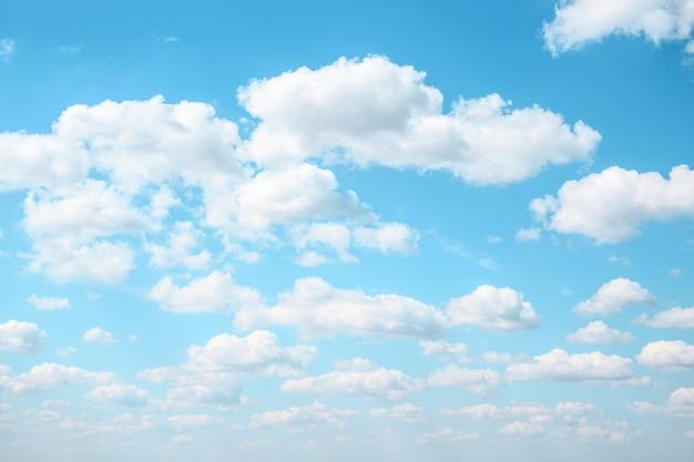 Achtergrond van pluizige wolken in de lichtblauwe hemel