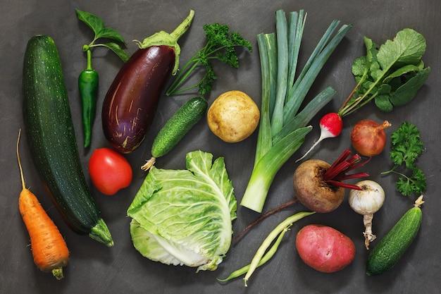 Achtergrond van rijpe groenten verzameld in de tuin