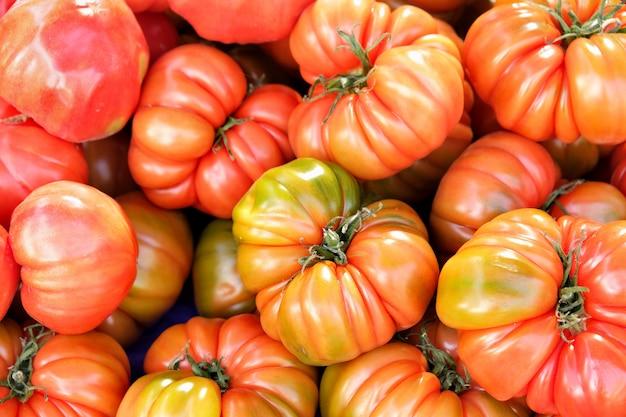 Achtergrond van rijpe tomaten op lokale markt in zuid-spanje