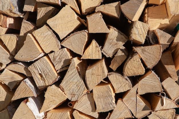 Achtergrond van stapel brandhout van berk