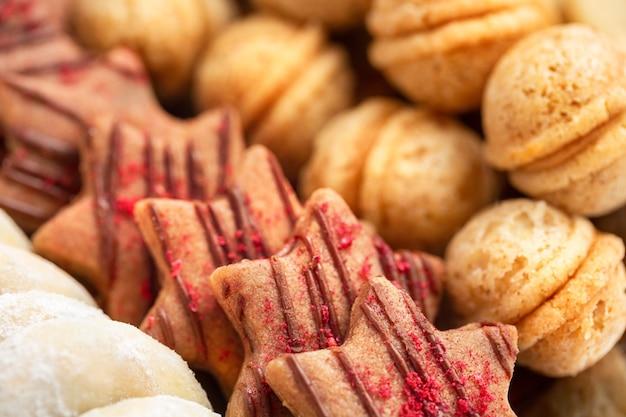 Achtergrond van tsjechische traditionele zelfgemaakte kerstkoekjes, ondiepe dof, focus op voorgrond