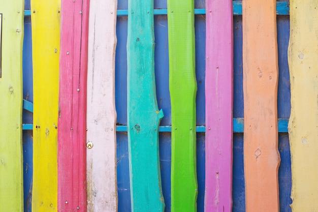 Achtergrond van veelkleurige houten geschilderde omheining