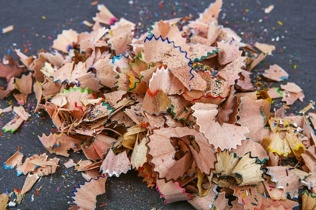 Achtergrond van veelkleurige potloodkrullen. sluit omhoog kleurrijke potloodkrullen voor achtergrond. dynamische, abstracte, horizontale compositie van potlood slijpsel krullen, close-up, macro