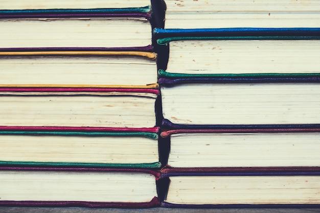 Achtergrond van veelkleurige wortels van oude boeken. kopieer ruimte.