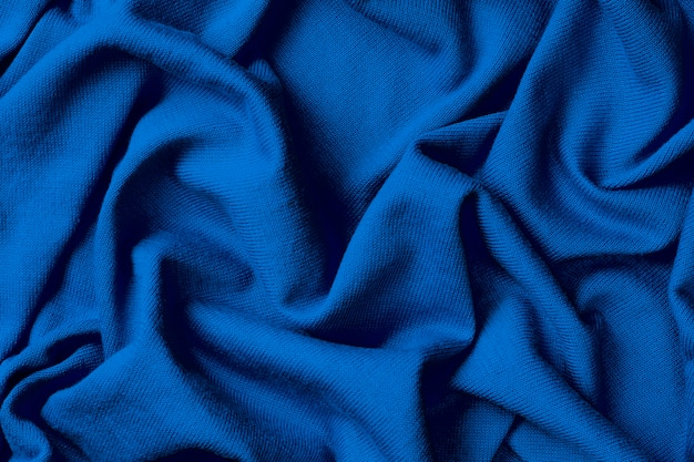 Achtergrond van verfrommeld blauw katoen, trendkleur van het jaar 2020 classic blue.