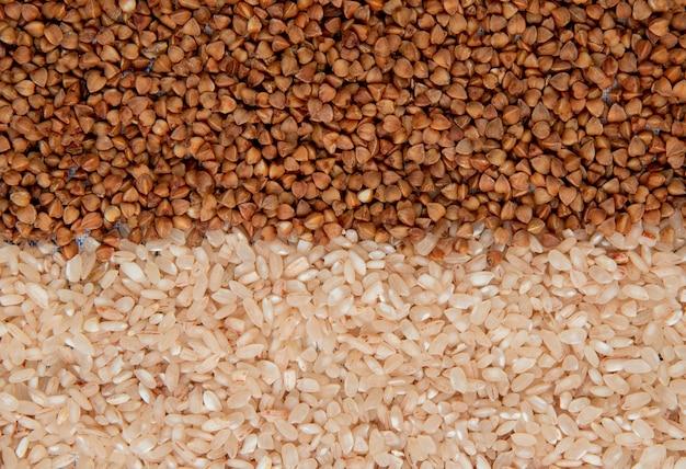 Achtergrond van verschillende soorten grutten boekweit en rijst bovenaanzicht