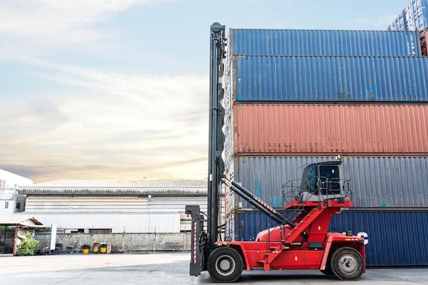 Achtergrond van vorkheftruck bij containermagazijn. logistiek verzending bedrijfsconcept