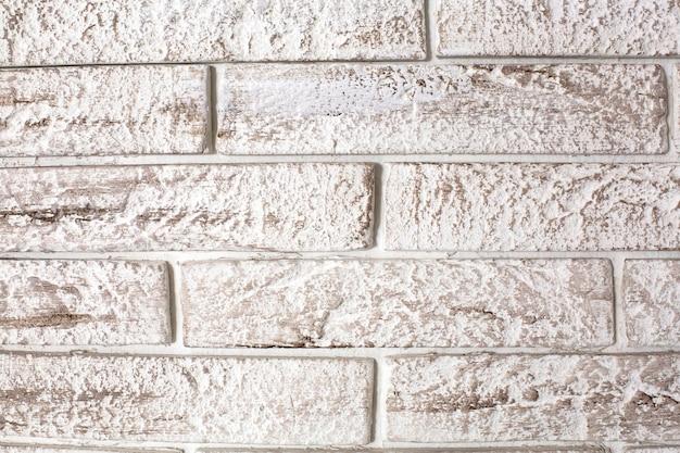 Achtergrond van witte baksteen geschilderd met donkere verf