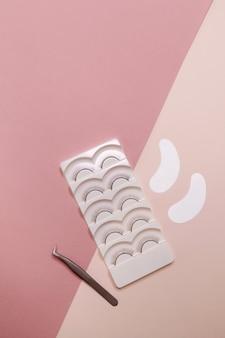 Achtergrond voor de meester van wimpers en wenkbrauwen, roze vrije ruimte.