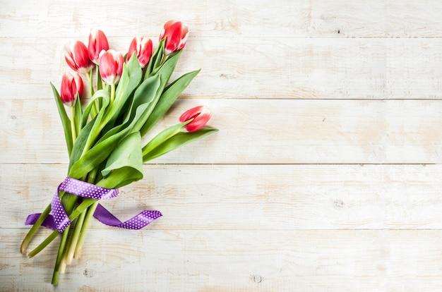 Achtergrond voor gefeliciteerd, wenskaarten. de verse bloemen van de lentetulpen