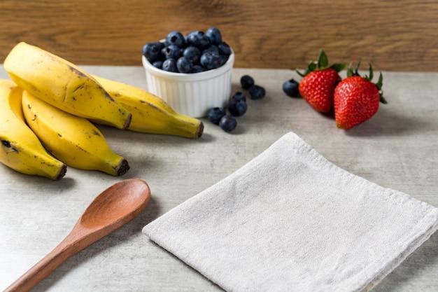 Achtergrond voor het maken van een of andere verse ijskom. zomer vers fruit op houten tafel.