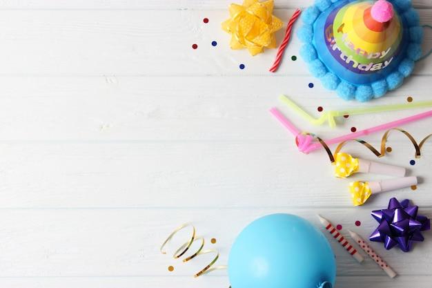 Achtergrond voor het vakantiefeest of verjaardag op een gekleurde achtergrond