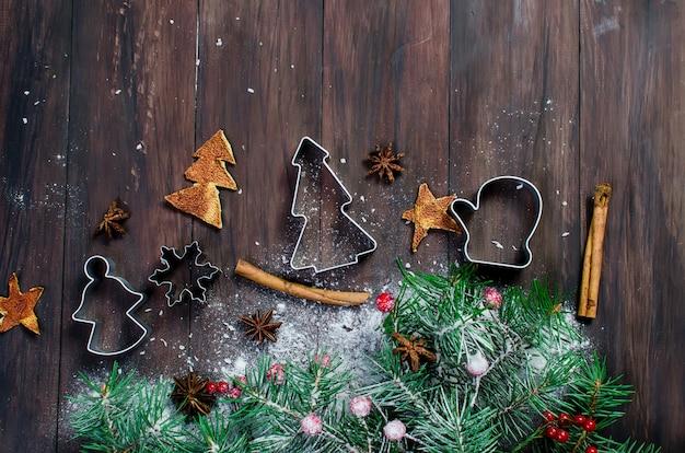 Achtergrond voor kerstmis bakken, spar, ballen, kralen, kegels, spicy kerstmis achtergrond.