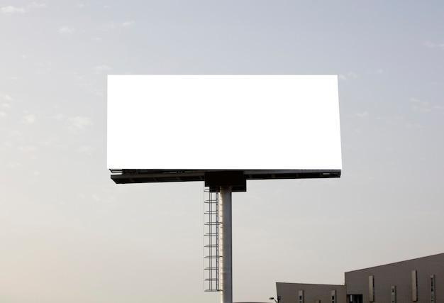 Achtergrond voor ontwerp reclameposter op een zonnige dag in de stad