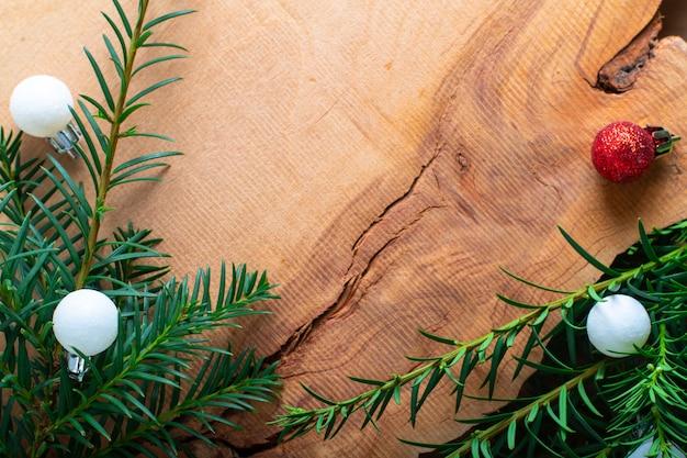 Achtergrond voor vakantie nieuw jaar en kerstmis door pine tree bush en glitter ballen op hout
