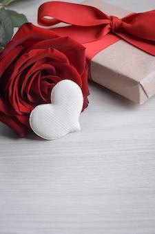 Achtergrond voor valentijnsdag wenskaart. valentijnsdag concept. rode, mooie bloeiende roos. detailopname.
