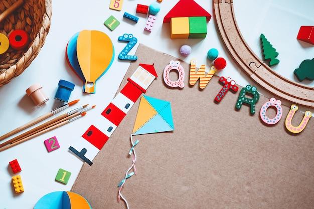 Achtergrond voor voorschoolse kinderen educatief speelgoed en schoolbenodigdheden om te tekenen en doe-het-zelf-ambachten te maken