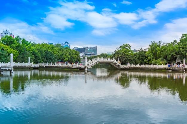 Achtergrond water mooie groene architectuur geen mensen