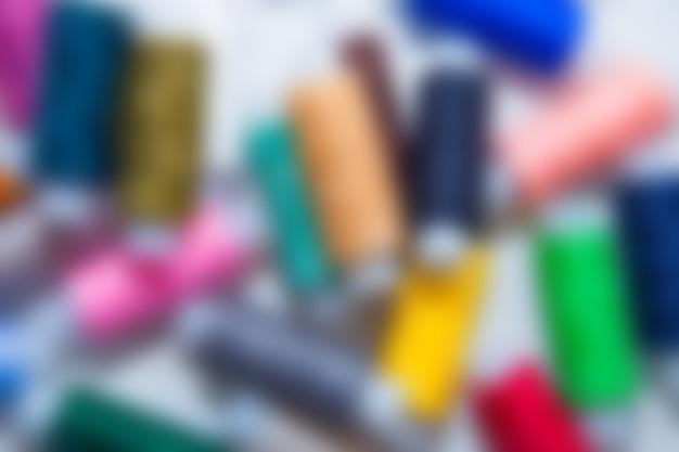 Achtergrond wazig beeld. je ziet de contouren van veelkleurige draden die in een chaotische volgorde liggen. hoge kwaliteit foto