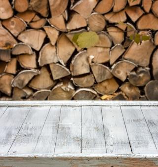Achtergrond wit geschilderde planken op de achtergrond van brandhout