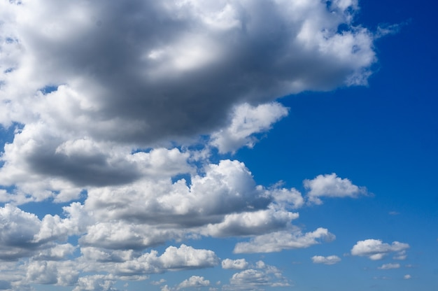 Achtergrond witte wolken op blauwe hemel. horizontale oriëntatie