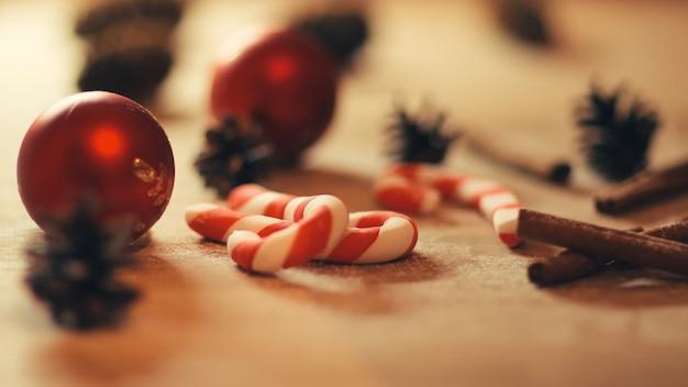 Achtergrondafbeelding cookies, kerstballen en kegels op houten background.photo met kopie ruimte. ballen