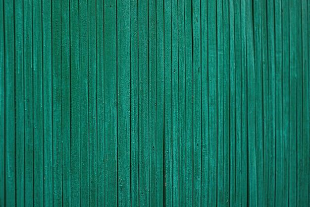 Achtergrondafbeelding gemaakt van oude groene houten planken. verticale houten planken
