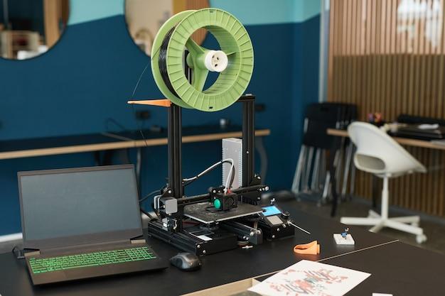 Achtergrondafbeelding van 3d-printer in engineering- en roboticalab op moderne school, kopieer ruimte