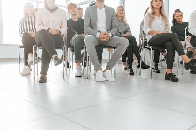 Achtergrondafbeelding van een groep medewerkers die in een vergaderruimte zitten. foto met kopieerruimte