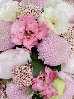 Achtergrondafbeelding van een mooie bloemenclose-up het boeket van pioenrozen eustoma chrysanthemum