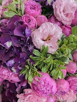 Achtergrondafbeelding van een prachtige bloemen het boeket van pioenrozen eustoma rozen en hortensia