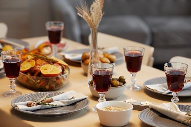 Achtergrondafbeelding van heerlijk eten en geroosterde kip aan thanksgiving-tafel klaar voor etentje met vrienden en familie,