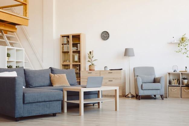 Achtergrondafbeelding van lege woonkamer interieur met comfortabele bank en houten decorelementen, kopie ruimte