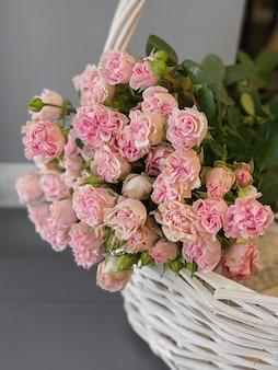 Achtergrondafbeelding van luxe bloemen in close-up. een boeket roze rozen van een ongewone variëteit voor het maken van boeketten in een bloemenwinkel voor een romantisch cadeau voor een vakantie aan een meisje. ansichtkaart