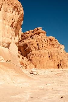 Achtergrondafbeelding van verzadigde rode canyon in egypte
