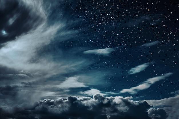 Achtergronden nachtelijke hemel met sterren en maan en wolken. elementen van deze afbeelding geleverd door nasa