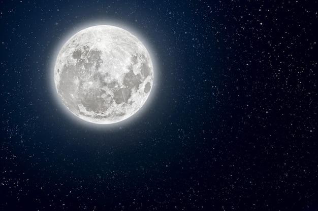 Achtergronden nachtelijke hemel met sterren en maan en wolken. Premium Foto