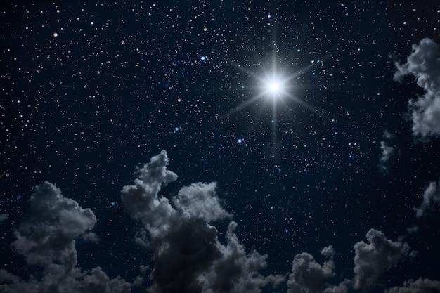 Achtergronden nachtelijke hemel met sterren en maan en wolken